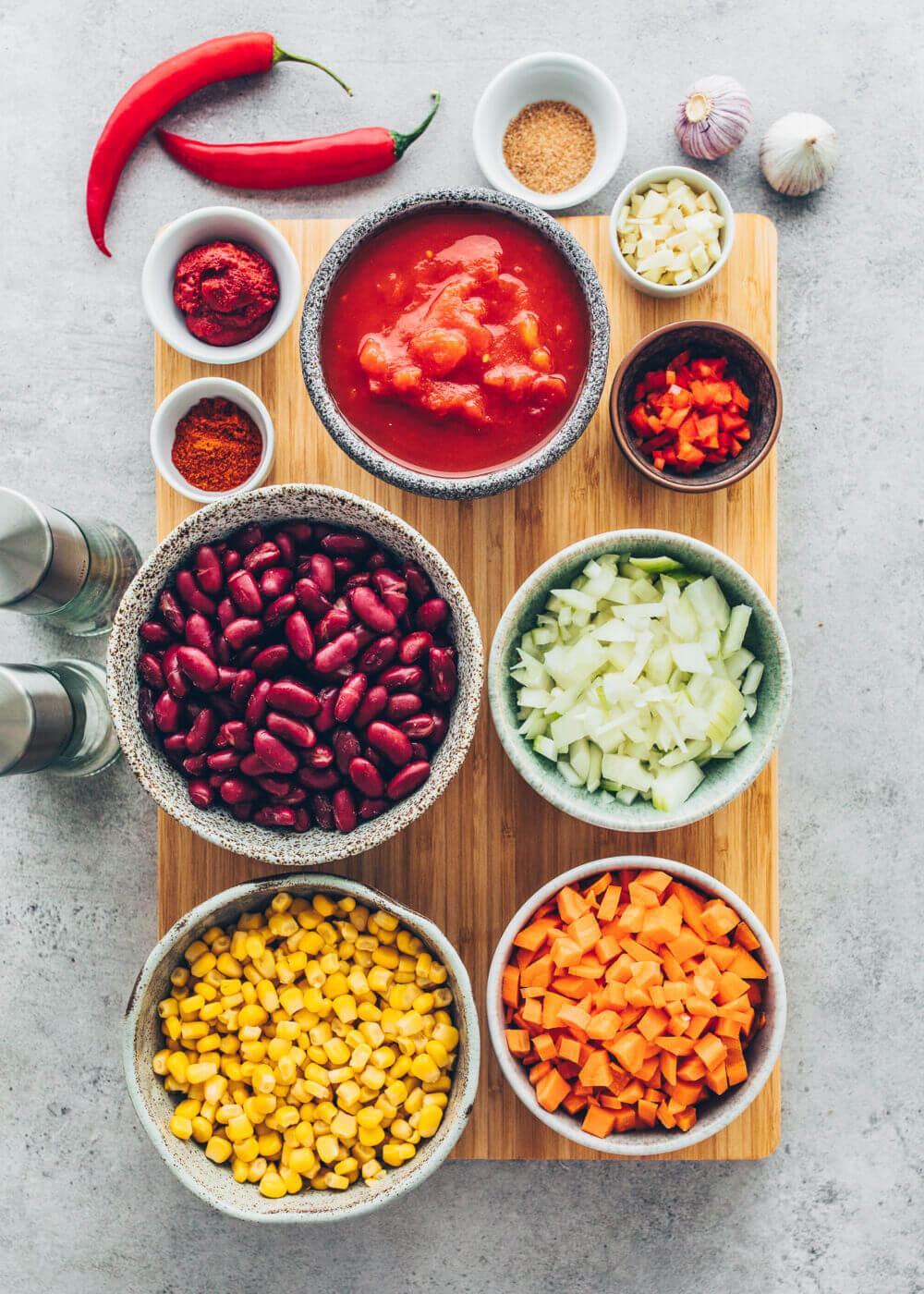 Zutaten für Chili sin Carne - Bohnen, Mais, Karotten, Zwiebeln, Knoblauch, Tomaten, Mais, Gewürze