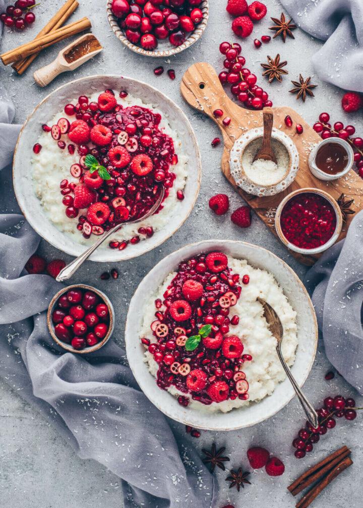 Kokos-Milchreis mit Himbeeren, Cranberries und Johannisbeeren