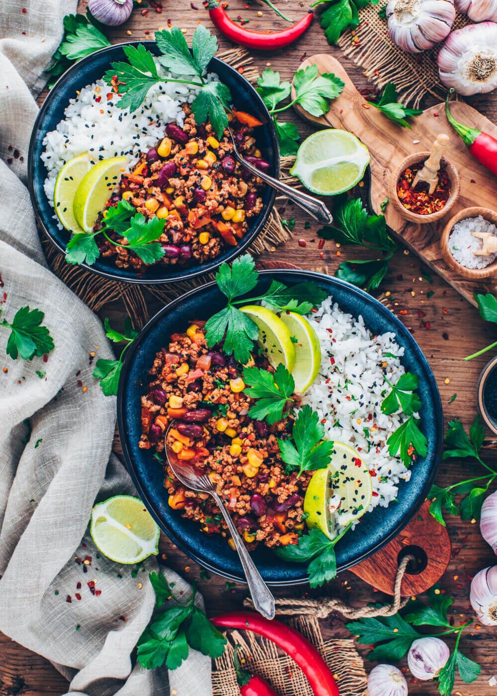 Veganes Chili sin carne mit Reis, Petersilie, Limetten, Sesam und Knoblauch