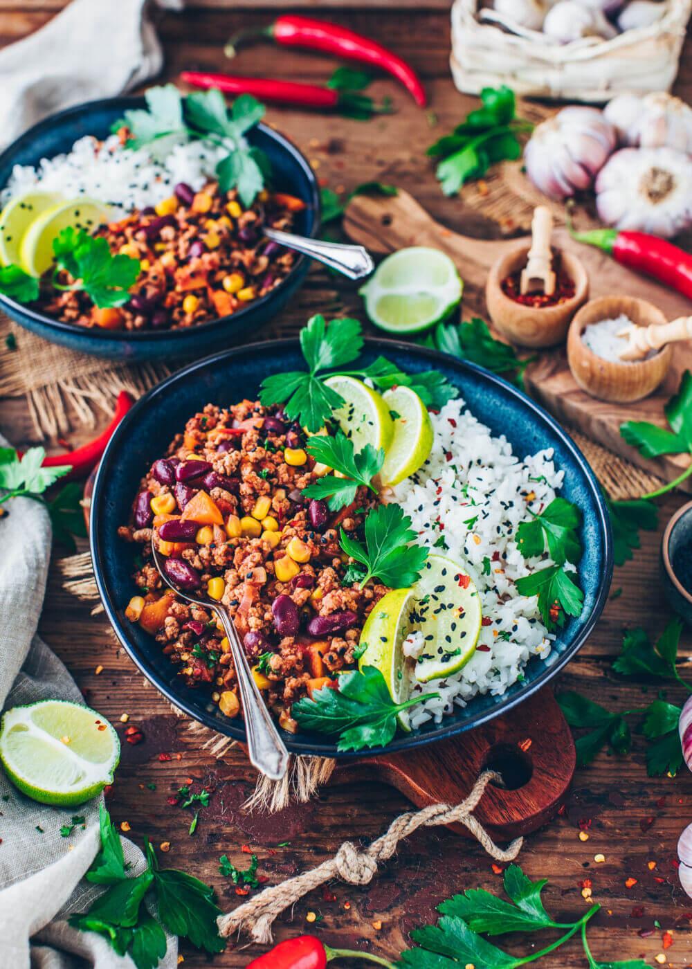 Chili sin carne - Mexikanisches Gericht mit Bohnen, Mais und veganem Hackfleisch