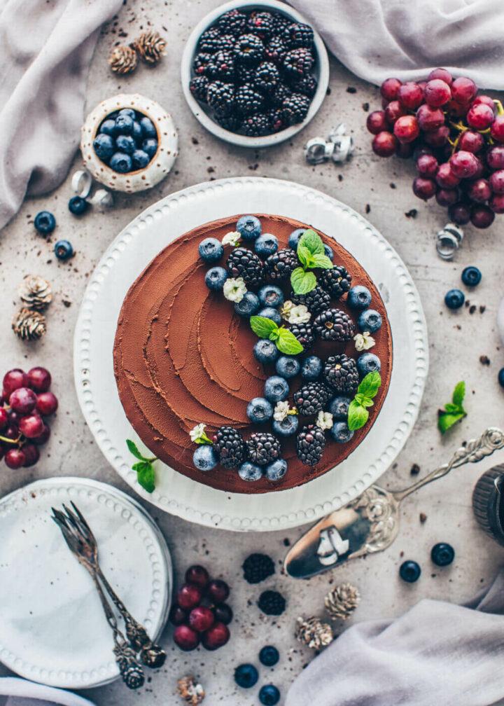 Schokokuchen mit Ganache, Brombeeren, Blaubeeren und Minze (Food Fotografie)