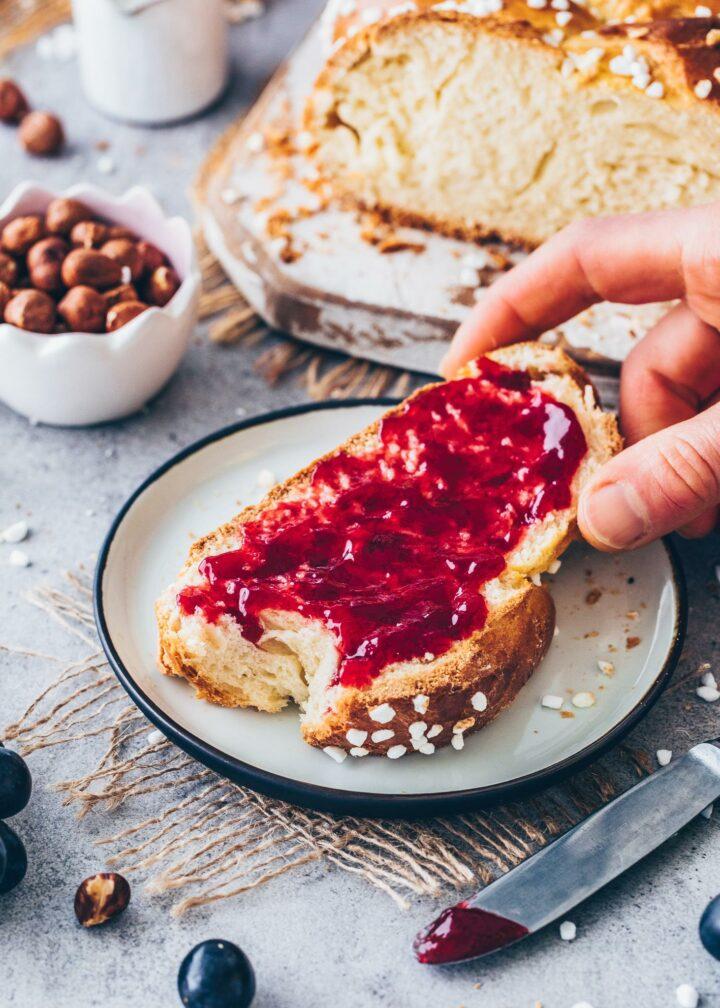 Hefezopf, Osterzopf, Osterbrot mit Marmelade