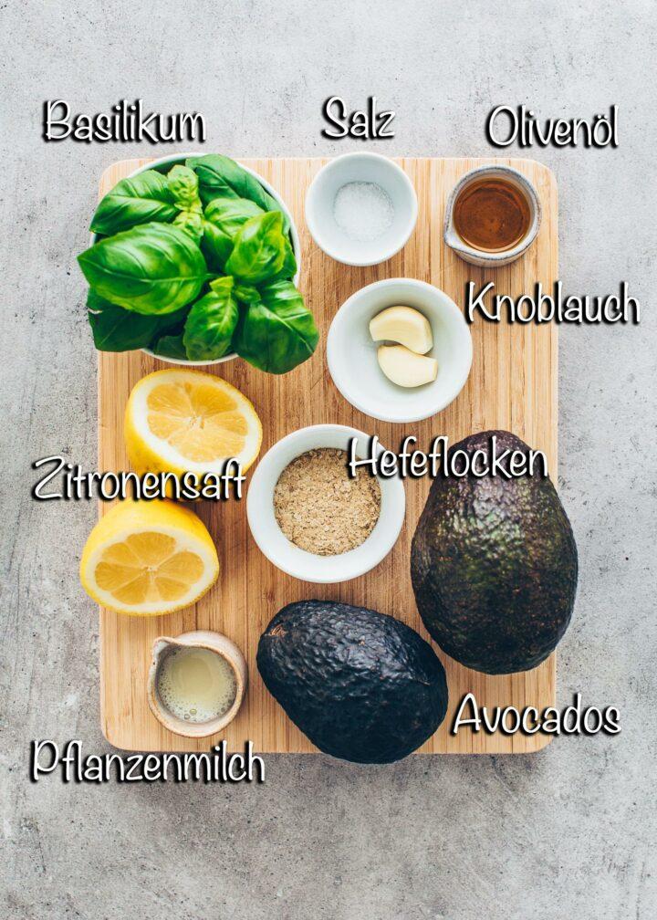 Guacamole Zutaten (Knoblauch, Olivenöl, Basilikum, Hefeflocken, Pflanzenmilch, Salz, Zitronensaft)