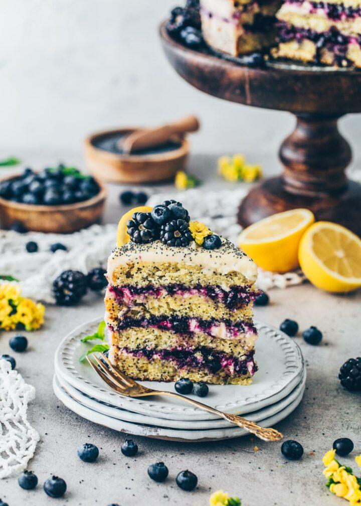 Zitronen-Mohn-Torte mit Blaubeeren