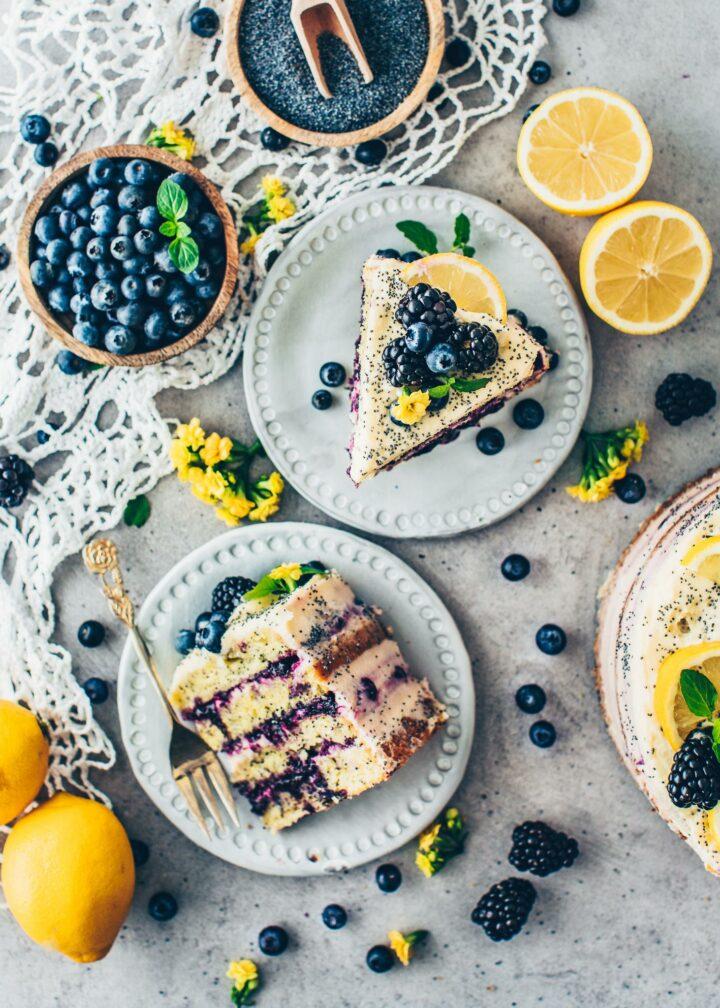 Vegane Zitronen Torte mit Mohn und Blaubeeren