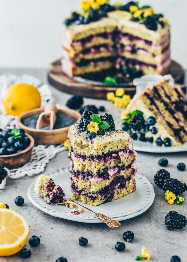 Zitronen-Torte mit Mohn und Blaubeer-Füllung