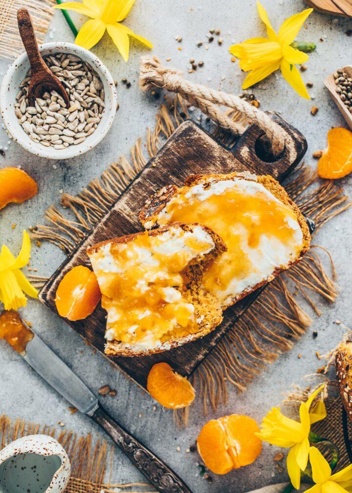 Brot mit Frischkäse und Aprikosenmarmelade