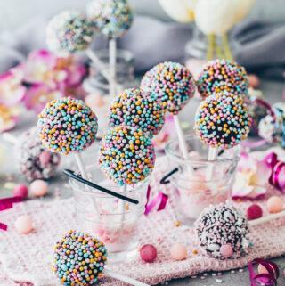 Cake Pops mit Schokoladen-Glasur und Streuseln