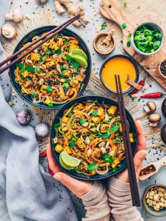 Gemüsenudeln mit Erdnuss-Sauce (Food Fotografie)