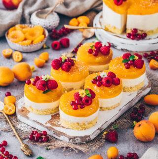 Aprikosen-Törtchen mit Biskuit-Boden, Käsekuchen-Füllung und Aprikosen-Glasur, dekoriert mit Himbeeren (Food Fotografie)