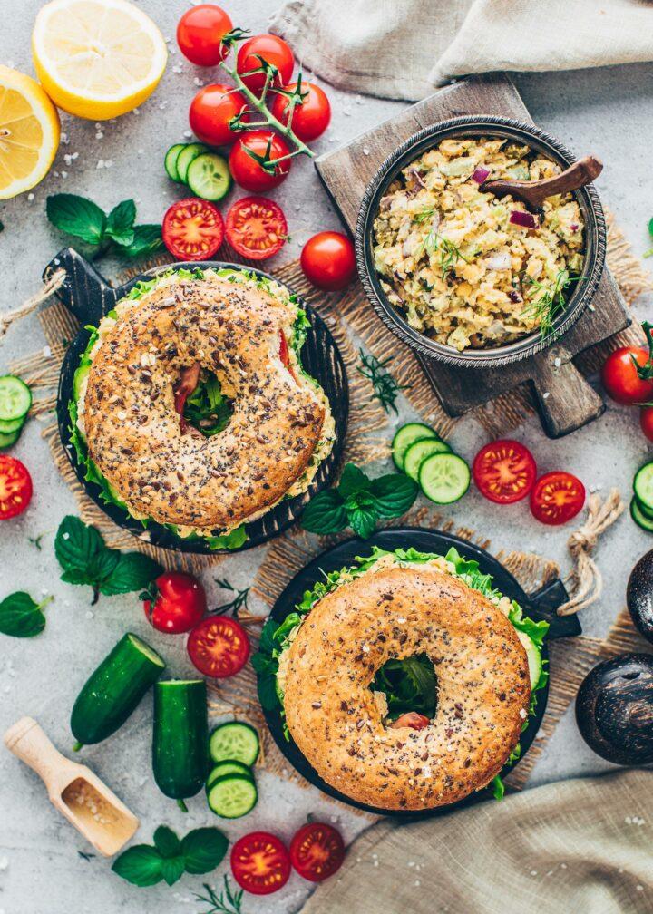 Bagels, Kichererbsen-Salat, Gurken, Tomaten und Zitrone