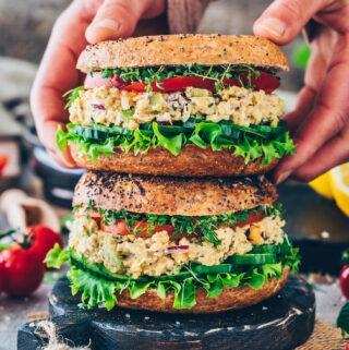 Kichererbsen-Thunfisch-Salat Bagel Sandwich mit Salat, Gurken, Tomaten und Kresse