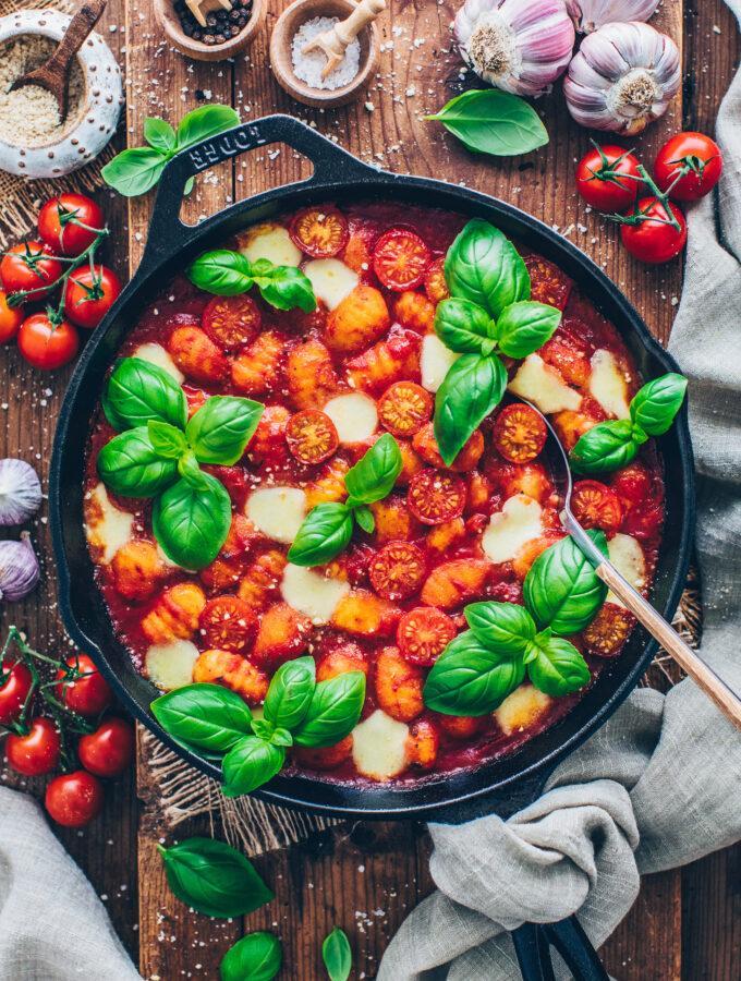 Gnocchi Auflauf mit Tomate, veganem Mozzarella und Basilikum