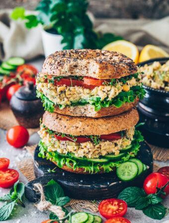 Bagels mit Kichererbsen-Thunfisch-Salat, Gurken, Tomaten und Kresse