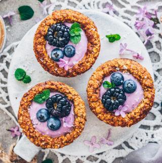 Granola Cups mit Heidelbeer-Joghurt, Blaubeeren und Brombeeren