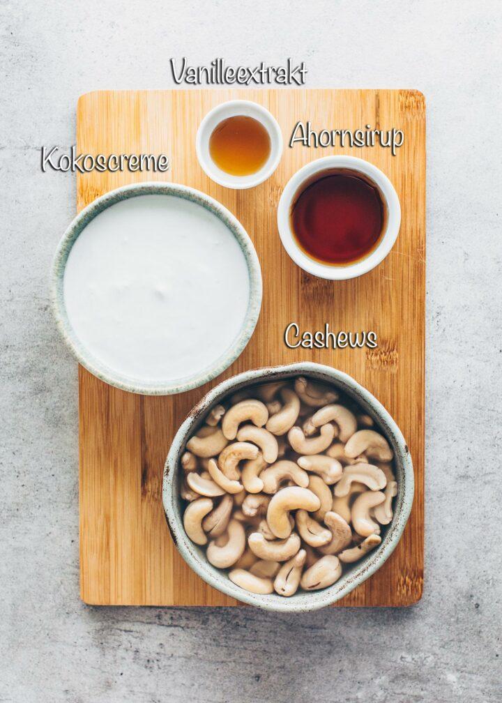 Cashews, Kokoscreme, Ahornsirup, Vanilleextrakt (Zutaten für veganes Eis)