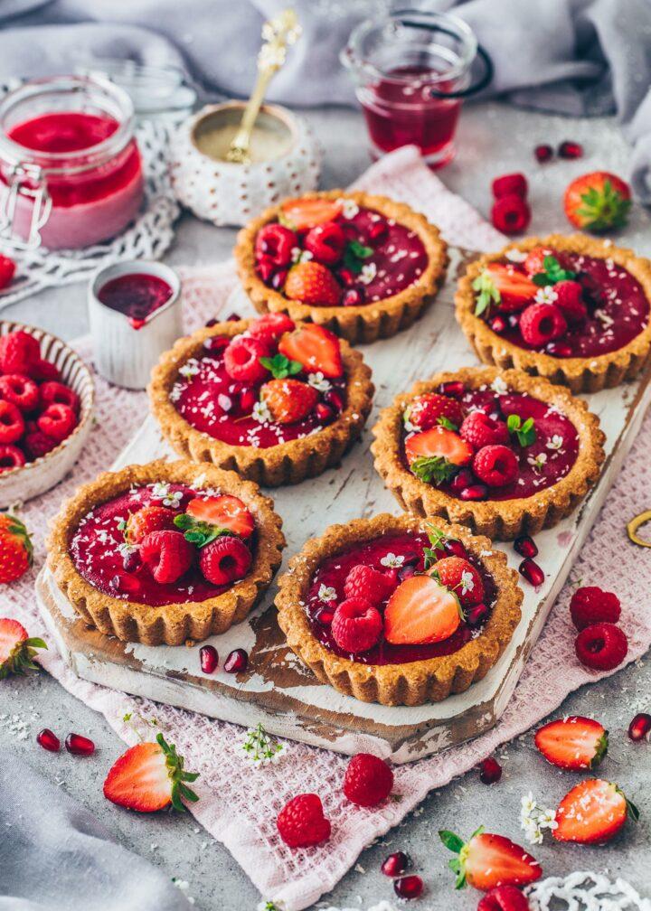 Tartelettes mit Granola-Kruste, Himbeer-Pudding, Himbeeren und Erdbeeren