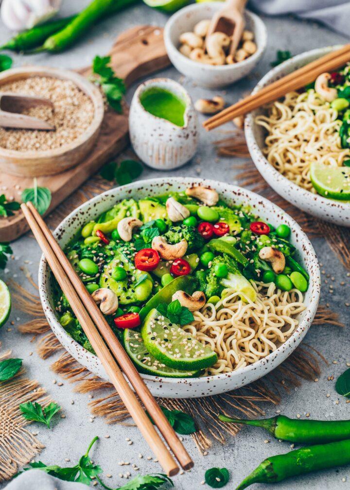 Grünes Gemüse-Curry mit Ramen-Nudeln, Limetten, Chili und geröstete Cashewkerne