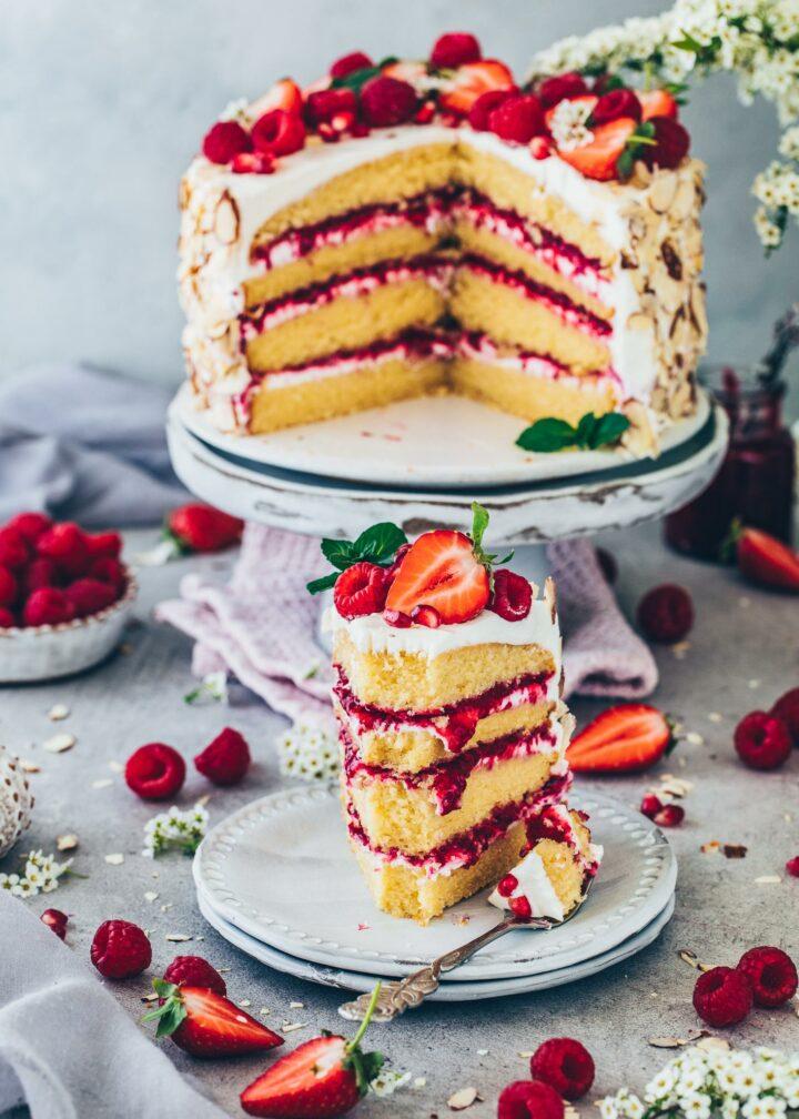 Himbeer-Creme-Torte mit Erdbeeren und Mandeln