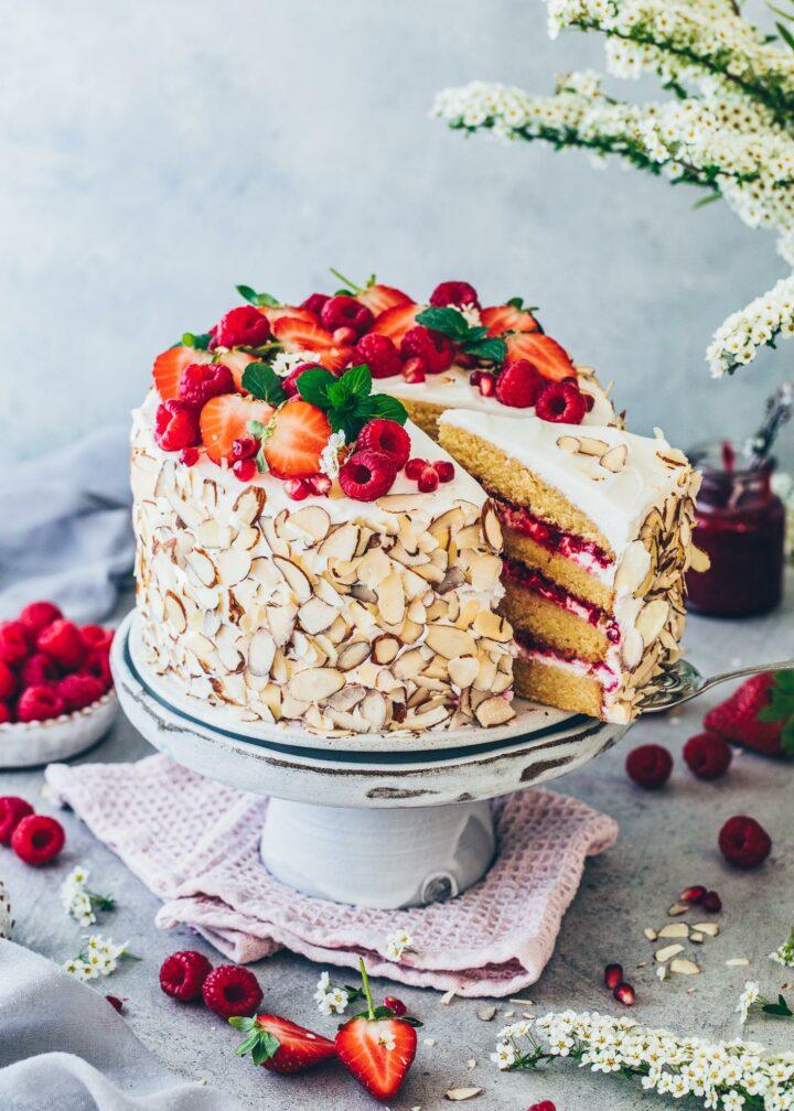 Himbeer-Torte mit Sahne, Erdbeeren und Mandeln