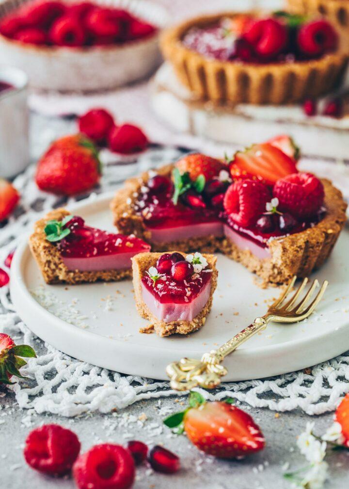 Himbeer-Tartelettes mit Hafer-Boden und Erdbeeren