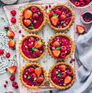 Granola Tartelettes mit Erdbeeren, Himbeeren und Granatapfel