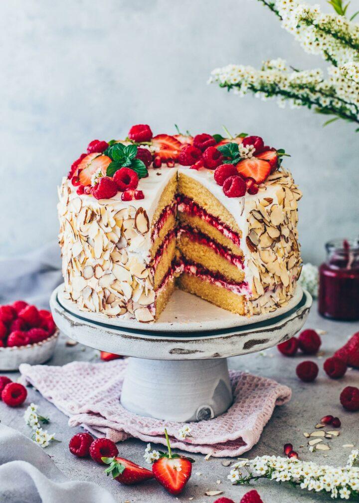 Himbeer-Torte mit Erdbeeren und Mandeln