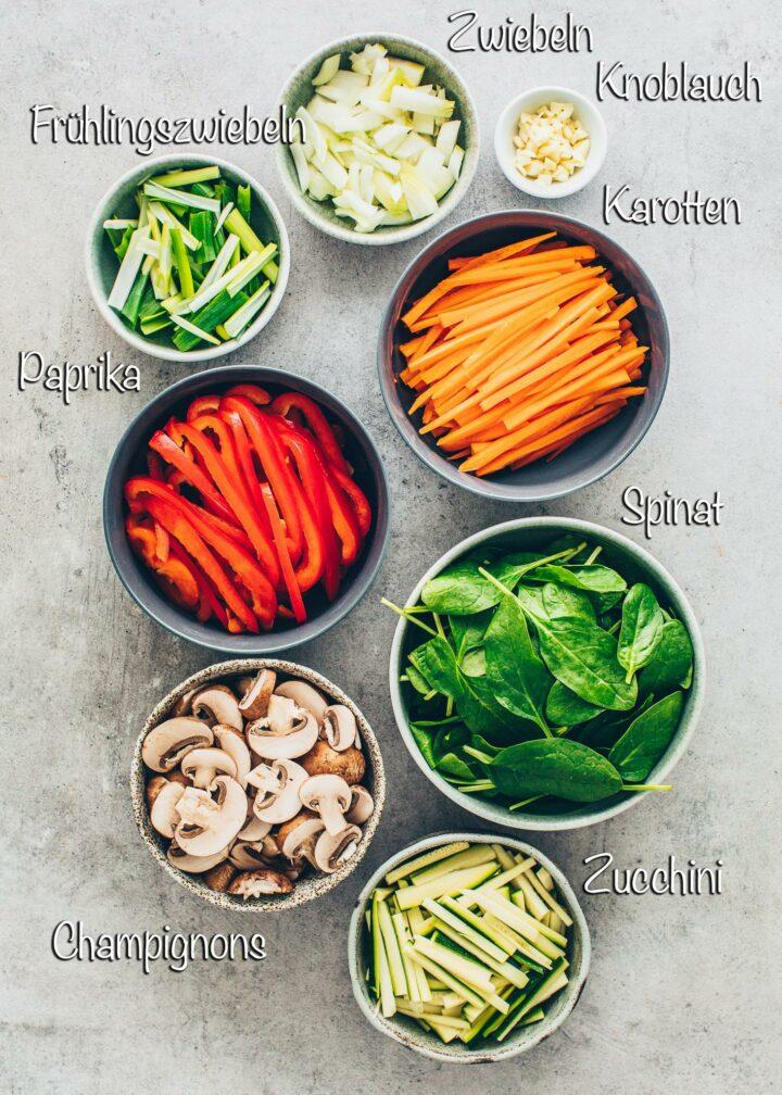 Paprika, Spinat, Karotten, Pilze, Zucchini, Zwiebeln, Knoblauch, Frühlingszwiebeln