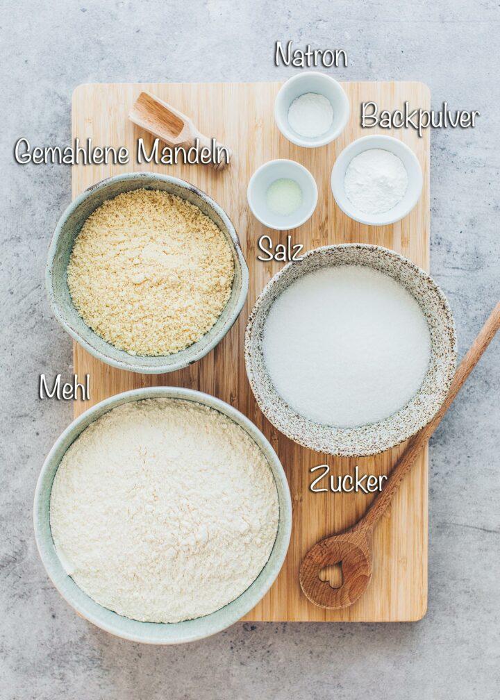 Zutaten für veganen Biskuit Kuchen mit Mandeln