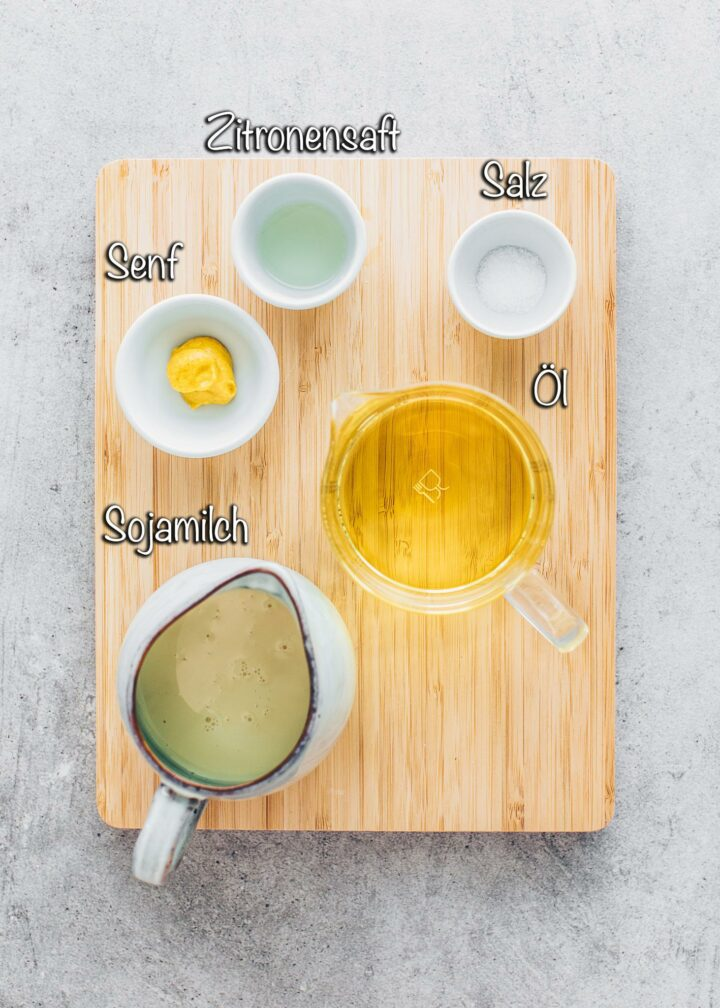 Sojamilch, Senf, Öl, Salz, Zitronensaft