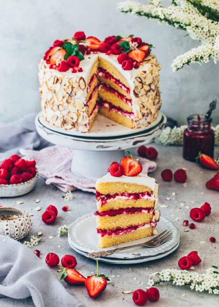 Torte mit Himbeeren, Erdbeeren, Sahne-Creme und Mandeln