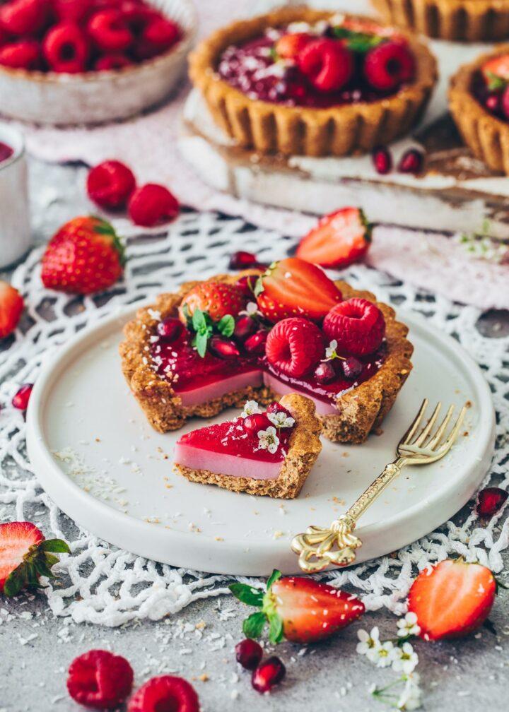 Granola Tartelettes mit veganer Himbeer-Panna Cotta und Erdbeeren