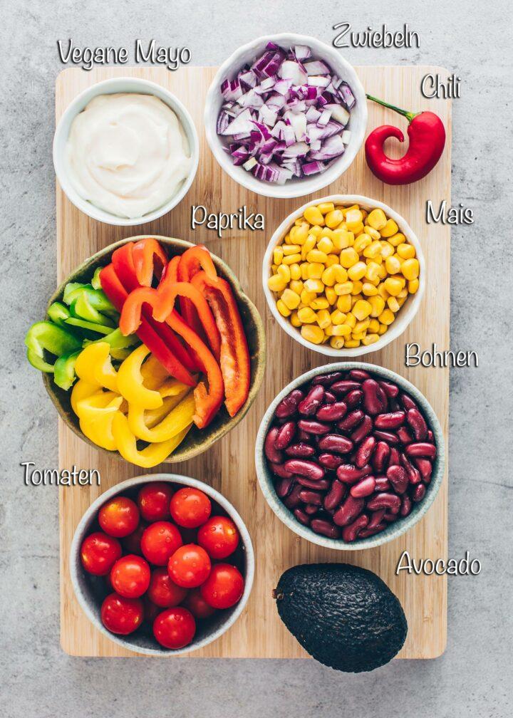 Burrito Bowl Zutaten: Paprika, Tomaten, Mais, Zwiebeln, Bohnen, Avocado, Mayo