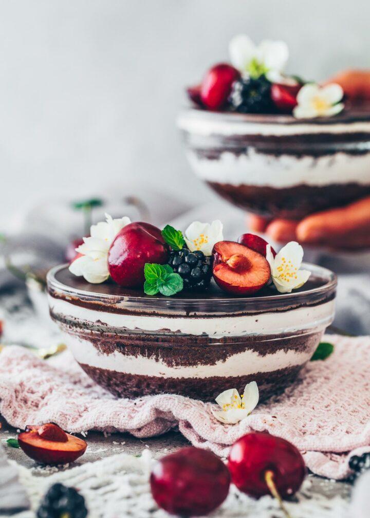 Schoko-Kuchen mit Sahne-Creme und Kirschen in einer Schüssel