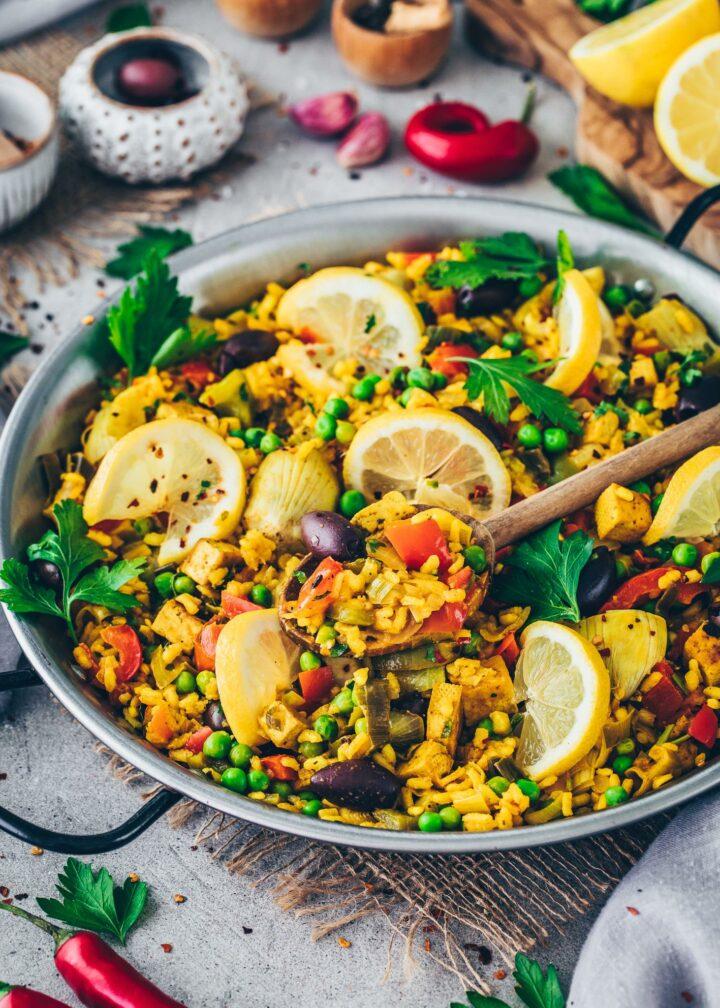Paella mit Gemüse, Tofu, Artischocken, Oliven und Zitronen