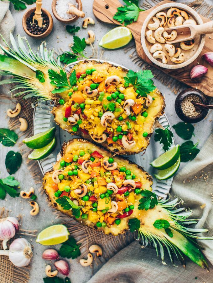Gebratener Thai Curry-Reis mit Gemüse und Cashews in einer Ananas