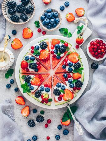 Wassermelonen-Pizza mit Joghurt und Beeren