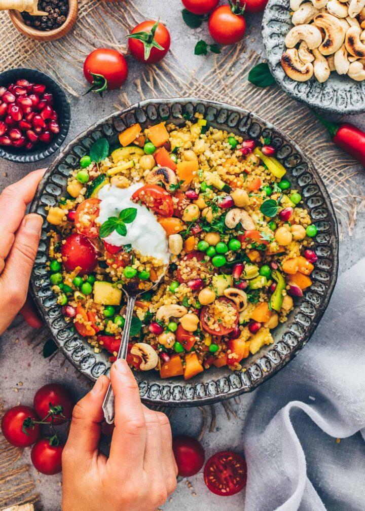 Gemüse-Pfanne mit Quinoa, Kichererbsen und Raita