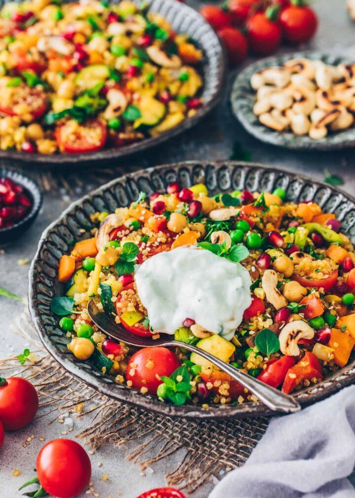 Orientalische Gemüsepfanne mit Quinoa und Joghurt-Dip
