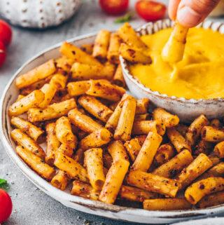 Pasta Chips mit veganer Käsesoße