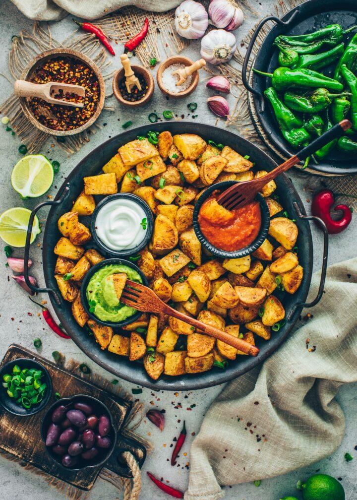Patatas Bravas mit Salsa, Aioli und Pimientos (Tapas)