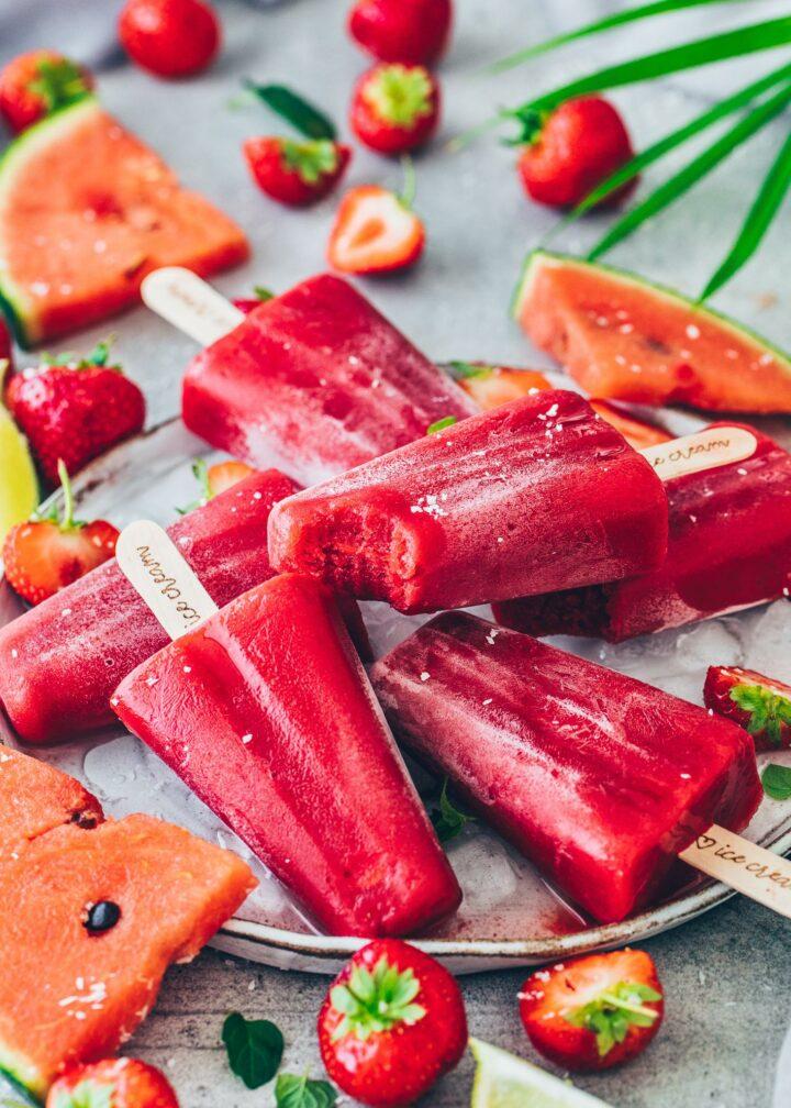 Erdbeer-Wassermelonen-Eis am Stiel