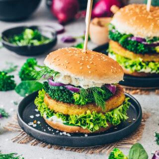 Burger with vegan broccoli fritters, lettuce, onion, dill, cress and remoulade sauce