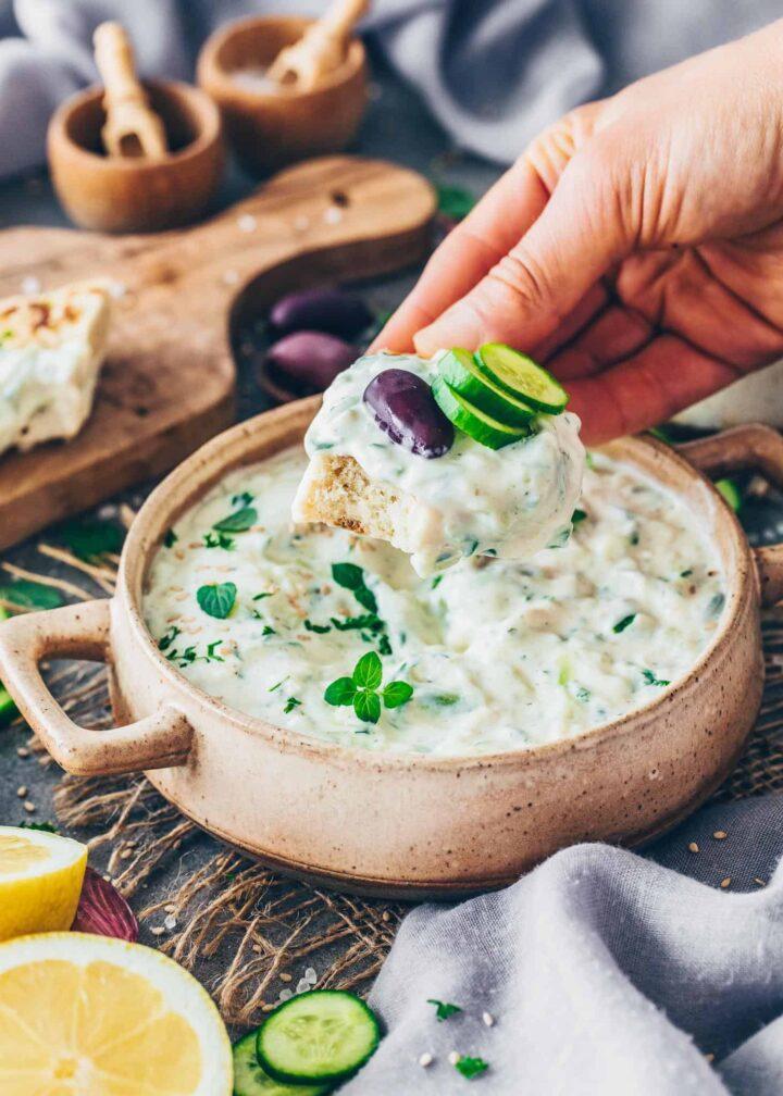 Das beste Tzatziki mit Fladenbrot, Oliven und Gurke
