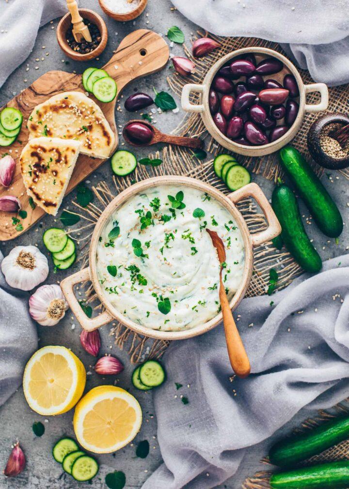Veganes Tzatziki mit Gurke, Oliven, Fladenbrot, Knoblauch, Zitronen