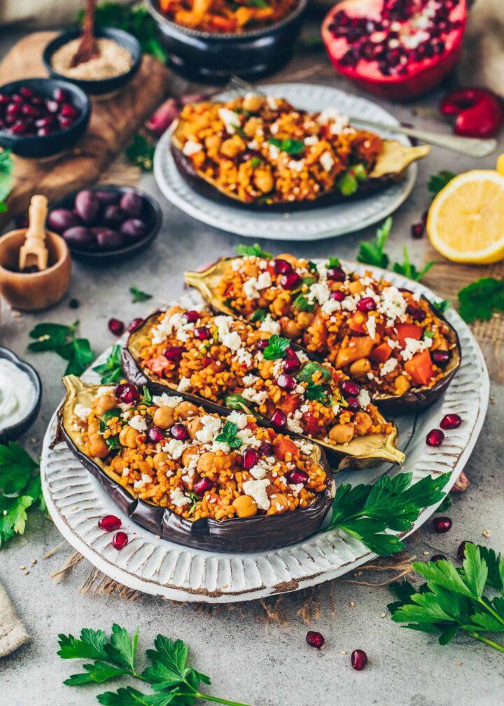 Gebackene Auberginen mit Bulgur und Gemüse gefüllt